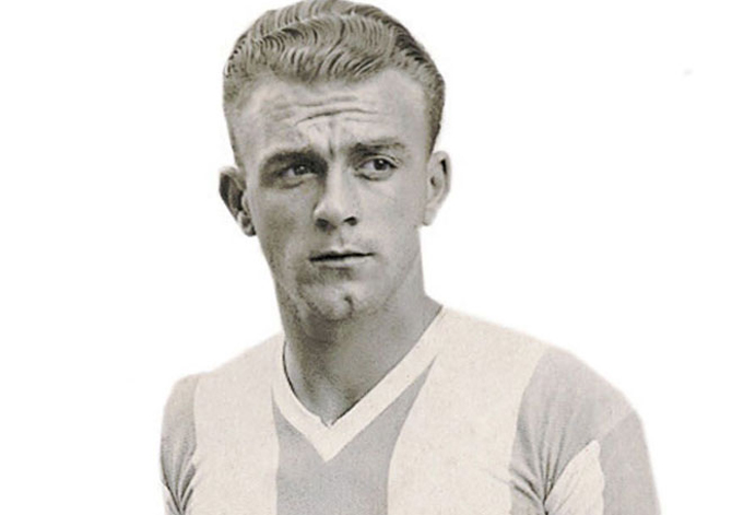 """(FILES) A file picture taken in 1947 shows Argentina's soccer player Alfredo Di Stefano during the 1947 Americas Cup. Real Madrid legend Alfredo di Stefano, one of the greatest footballers in history, died in a Madrid hospital on July 7, 2014 aged 88, the Spanish football federation said. AFP PHOTO / EL GRAFICO RESTRICTED TO EDITORIAL USE - MANDATORY CREDIT """"AFP PHOTO / EL GRAFICO"""" - NO MARKETING NO ADVERTISING CAMPAIGNS - DISTRIBUTED AS A SERVICE TO CLIENTS – INTERNET OUT - GETTY OUT"""