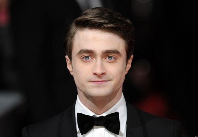 British actor Daniel Radcliffe poses on the red carpet arriving at the BAFTA British Academy Film Awards at the Royal Opera House in London on February 12, 2012.  AFP PHOTO / CARL COURT